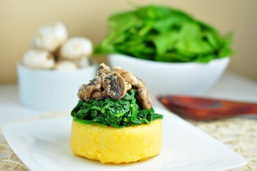 Quick polenta with spinach and mushrooms