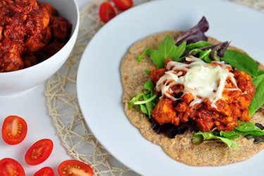 Fitness BBQ chicken breasts with spelt pancakes