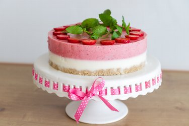 "Healthy No-Bake Yogurt Strawberry Cake ""Perfection"""