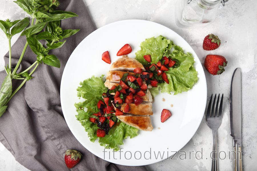 Simple grilled chicken breasts with basil and strawberries