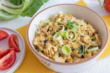 Fit scrambled eggs with cauliflower and leek